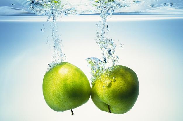 Appels komen in het water. Premium Foto