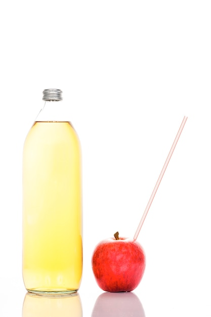 Appelsap in een glazen fles en appel met stro Gratis Foto