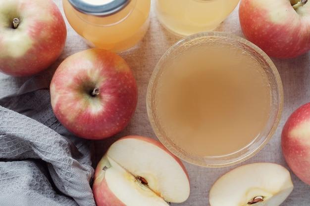 Apple-ciderazijn met moeder in glazen kom, probioticavoedsel voor darmgezondheid Premium Foto