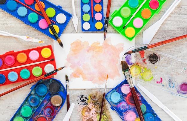 Aquarel acryl en een scheutje kleur Gratis Foto