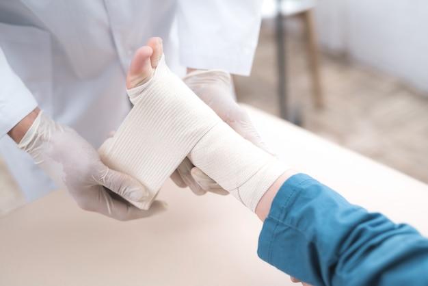 Arabische arts verbindt het been van klein kind. Premium Foto