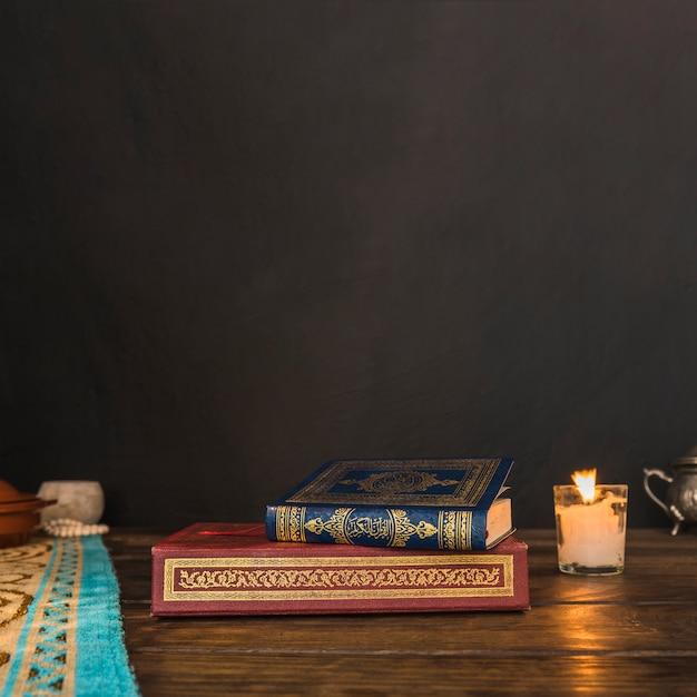 Arabische boeken in de buurt van kaars Gratis Foto