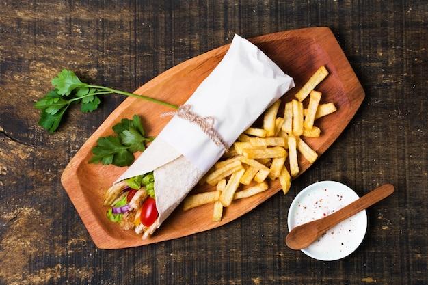 Arabische kebab sandwich en peterselie Gratis Foto