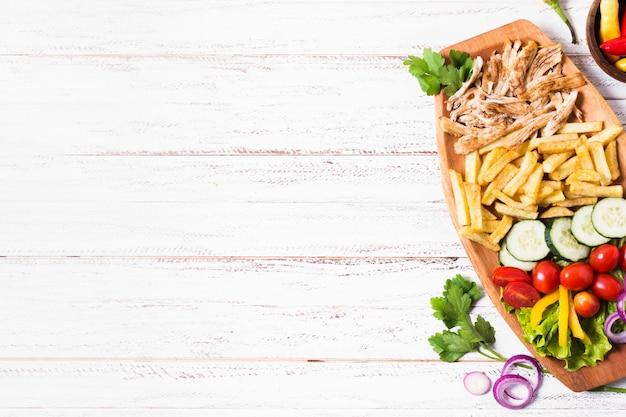 Arabische kebab sandwich houten kopie ruimte Premium Foto