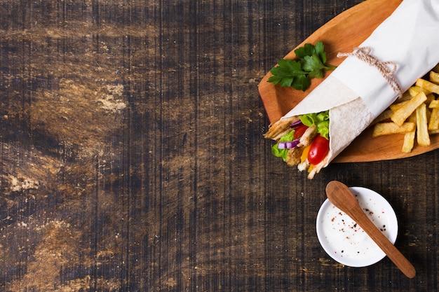 Arabische kebab sandwich houten plat leggen Gratis Foto