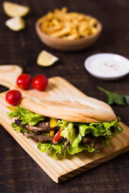 Arabische kebab sandwich in pitabroodje hoge mening Gratis Foto