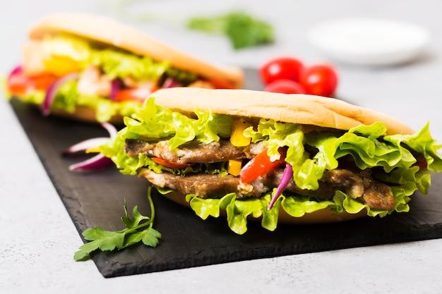 Arabische kebab sandwich in pitabroodje vooraanzicht Gratis Foto