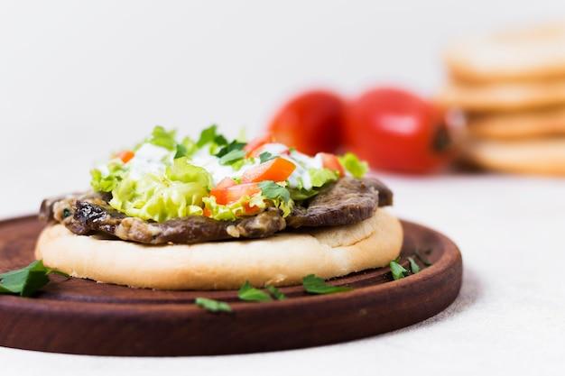 Arabische kebab sandwich in pitabroodje Gratis Foto
