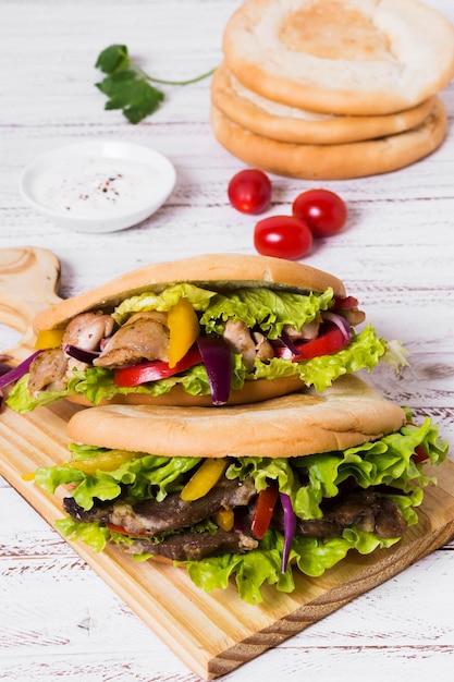 Arabische kebab sandwich met focaccia brood Gratis Foto