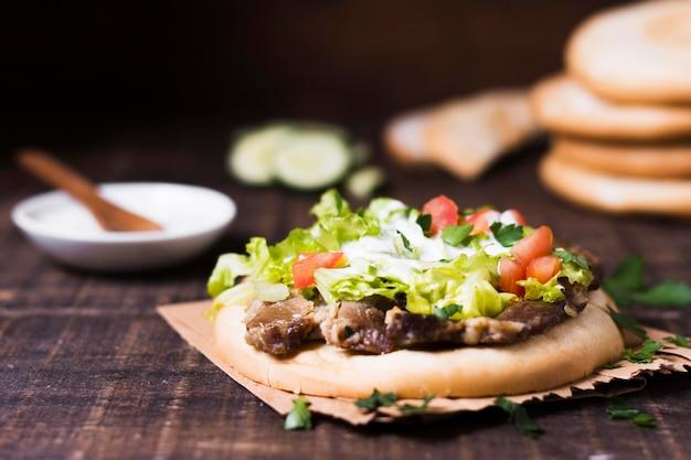 Arabische kebab sandwich met groenten in pitabroodje Gratis Foto