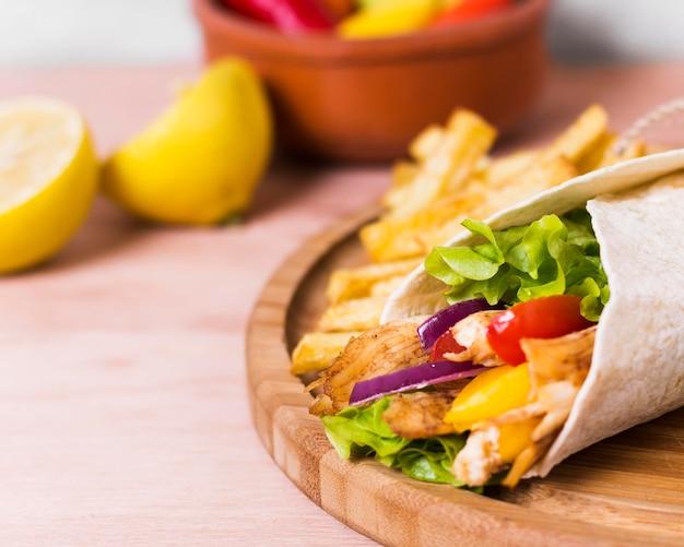 Arabische kebab sandwich verpakt in wit papier close-up Gratis Foto
