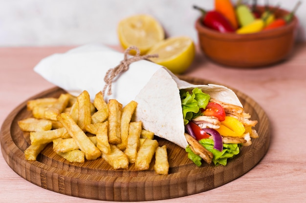 Arabische kebab sandwich verpakt in wit papier Gratis Foto