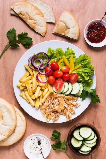 Arabische kebab sandwich vlees en groenten Gratis Foto