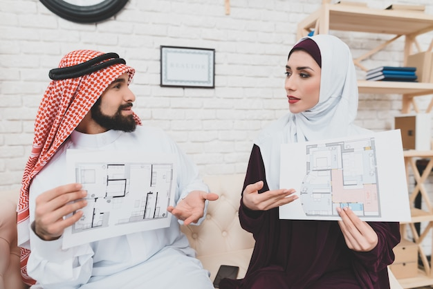 Arabische man en vrouw design van appartement kiezen. Premium Foto