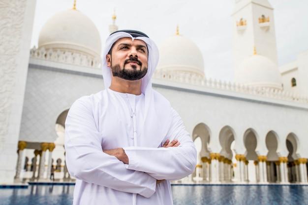 Arabische man in de sheikh zayed-moskee Premium Foto