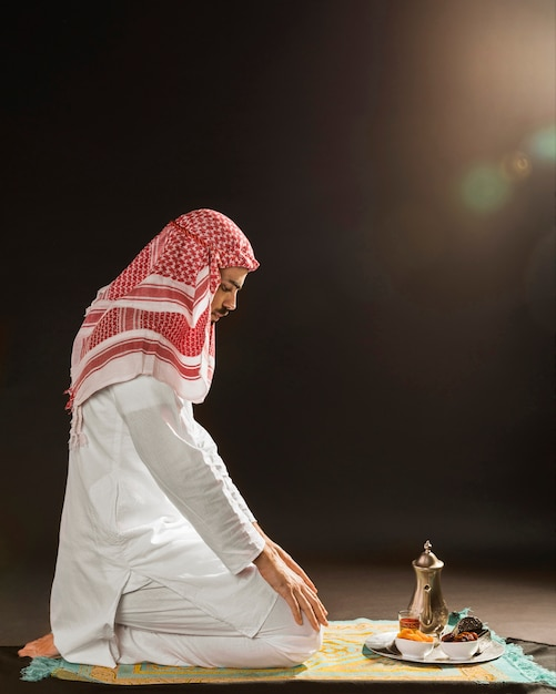 Arabische man met kandora bidden Premium Foto