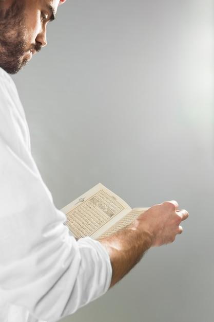 Arabische man met kandora lezen van koran Premium Foto