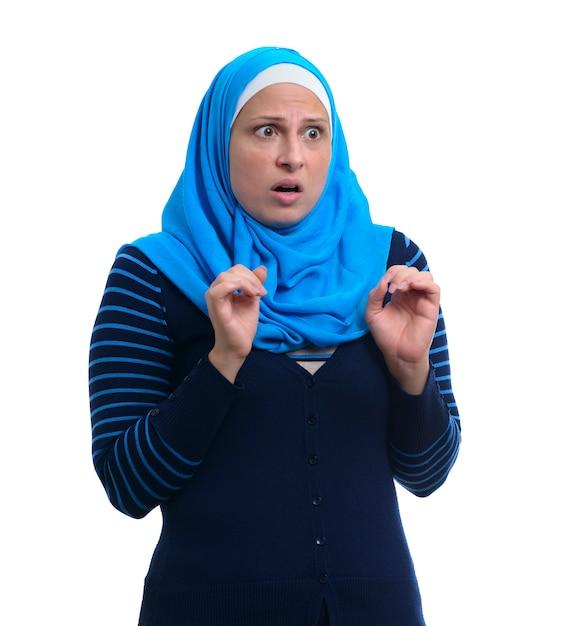 Arabische moslimvrouw bang, geïsoleerd Premium Foto