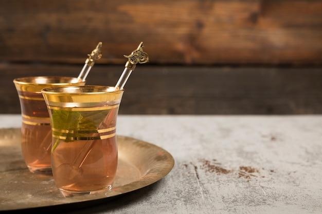 Arabische thee in glazen met groene munt op dienblad Gratis Foto