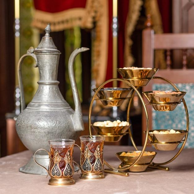 Arabische theepot glas en noten pot close-up Premium Foto