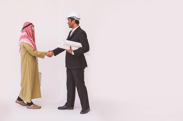 Arabische zakenman en voorman werknemer handshaking Premium Foto