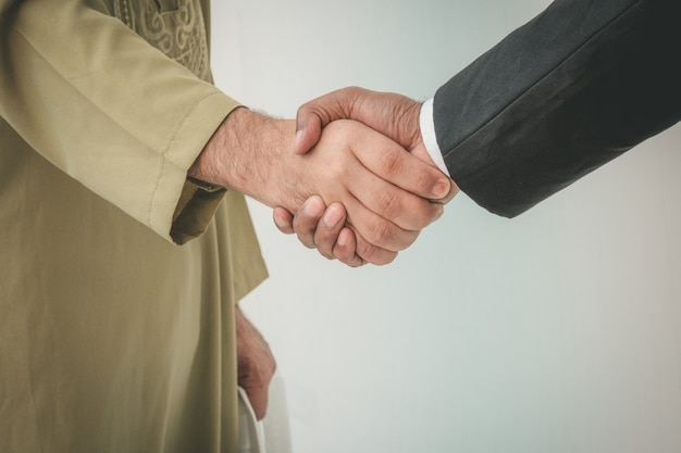 Arabische zakenman en zakenman werknemer handshaking Premium Foto