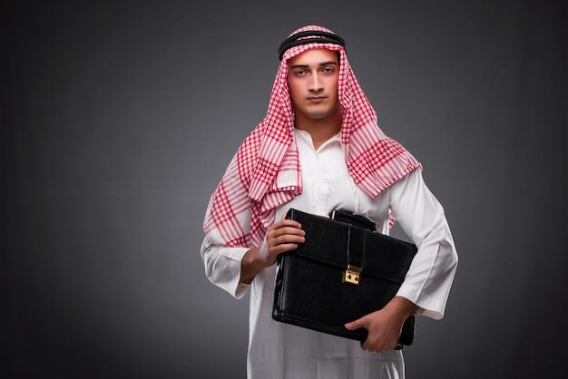 Arabische zakenman op grijze achtergrond Premium Foto