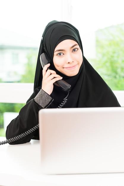 Arabische zakenvrouw werken Gratis Foto
