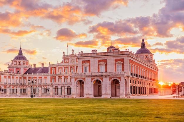 Aranjuez koninklijk paleis een prachtige stad in spanje om te reizen en toerisme de residentie van de koning van spanje in de regio madrid. Premium Foto