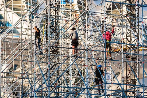 Arbeiders die een stadium voor een overleg assembleren Premium Foto