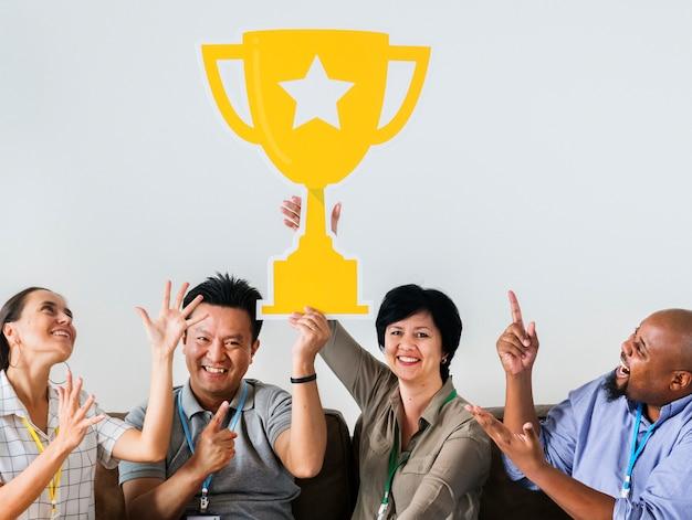 Arbeiders vieren hun succes met een trofee Gratis Foto