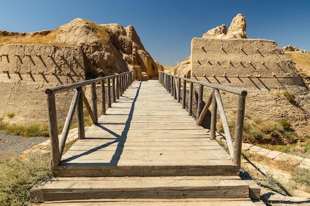 Archeologische stad sawran, kazachstan, houten brug voor de hoofdingang Premium Foto