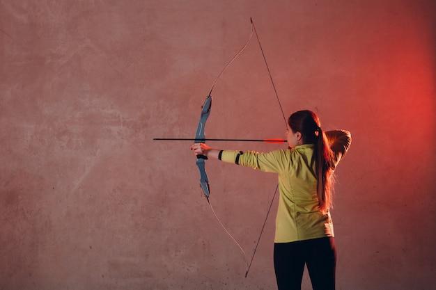 Archer vrouw met pijl en boog Premium Foto