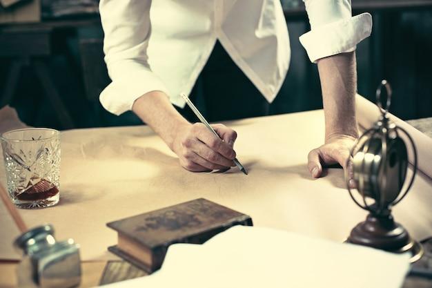 Architect bezig met de tekentafel in kantoor Gratis Foto