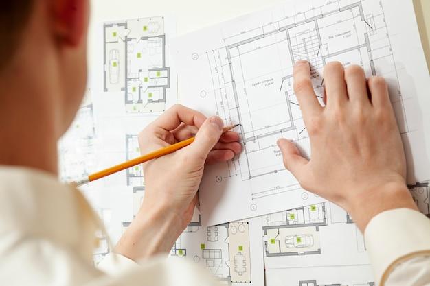 Architect die aan huisproject werkt Gratis Foto