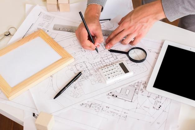 Architect een plan tekenen op papier mockup Gratis Foto