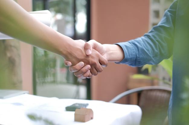 Architect handen schudden na vergadering, ingenieur handenschudden na conferentie, Premium Foto