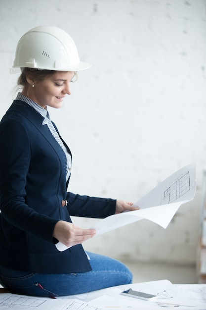 Architect vrouw in hardhat Gratis Foto