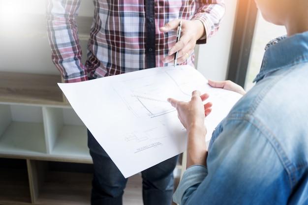 Aan De Tafel.Architecten Ingenieur Bespreken Aan De Tafel Met Blauwdruk Close