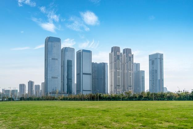 Architecturaal landschap van commercieel gebouw in centrale stad Premium Foto