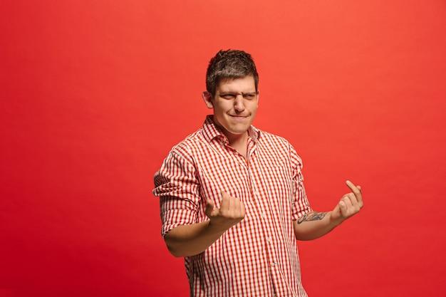 Argumenteren, argumenteren concept. grappig mannelijk half-lengteportret dat op rode studioachtergrond wordt geïsoleerd. jonge emotionele verrast man Gratis Foto