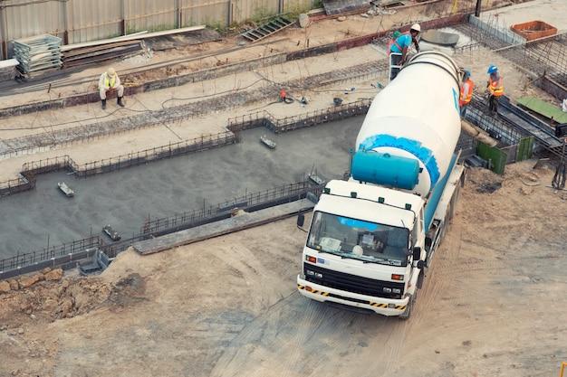 Arial bekijk concrete menging in bouwplaats Premium Foto