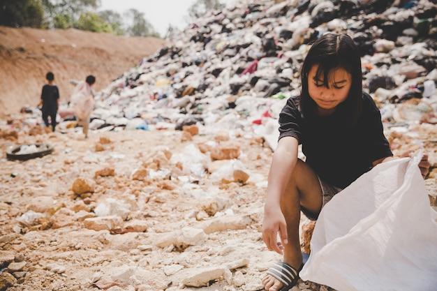 Arme kinderen verzamelen vuilnis voor de verkoop Gratis Foto