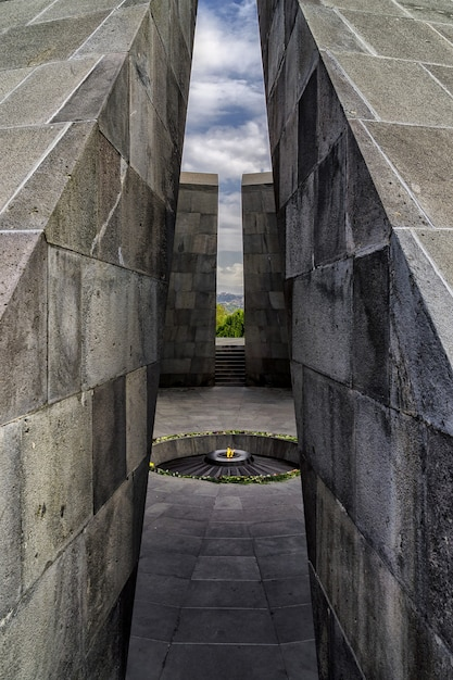 Armeens genocide monumentaal complex met brandend vuur in het midden Gratis Foto