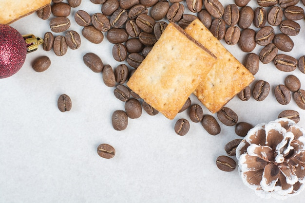 Aroma koffiebonen met crackers op witte achtergrond. hoge kwaliteit foto Gratis Foto