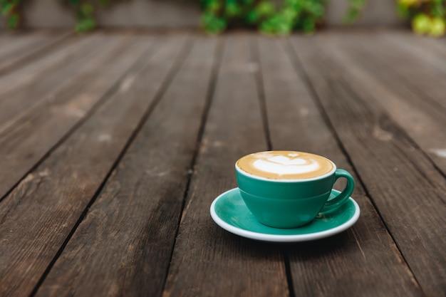 Aromacappuccino met weelderig melkschuim in blauw gekleurde kop Premium Foto
