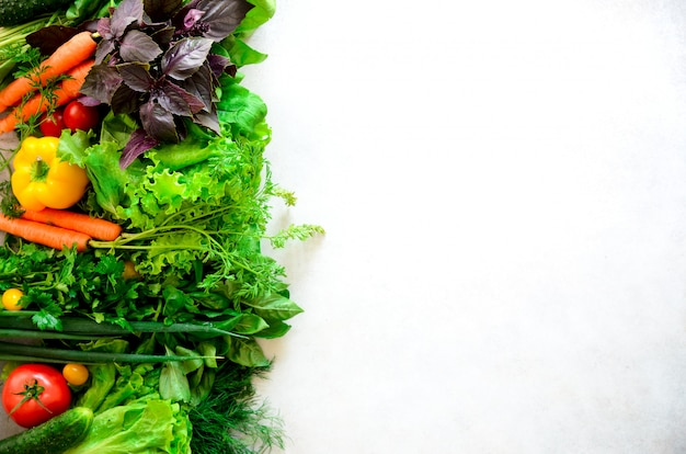 Aromatische kruiden, ui, avocado, broccoli, peperbel, aubergine, kool, radijs, komkommer, amandelen, rucola, babygraan. Premium Foto