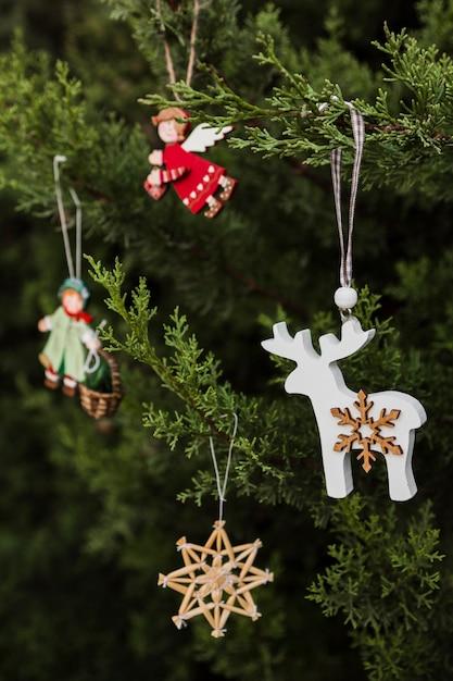 Arrangement met prachtig versierde kerstboom Gratis Foto