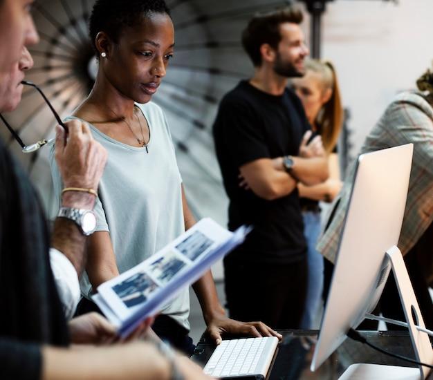 Art director die de foto's op een monitor controleert Premium Foto