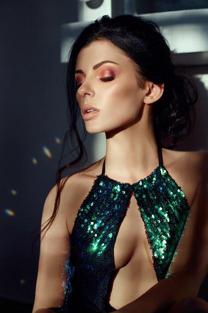 Art fashion-portret van een vrouw in glanzend zwempak Premium Foto